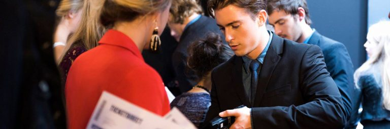 Mannelijke host bezoekersregistratie voor Mercedes-Benz fashion week amsterdam