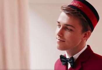 Ons model als bellboy in de video van de Bijenkorf en Cartier